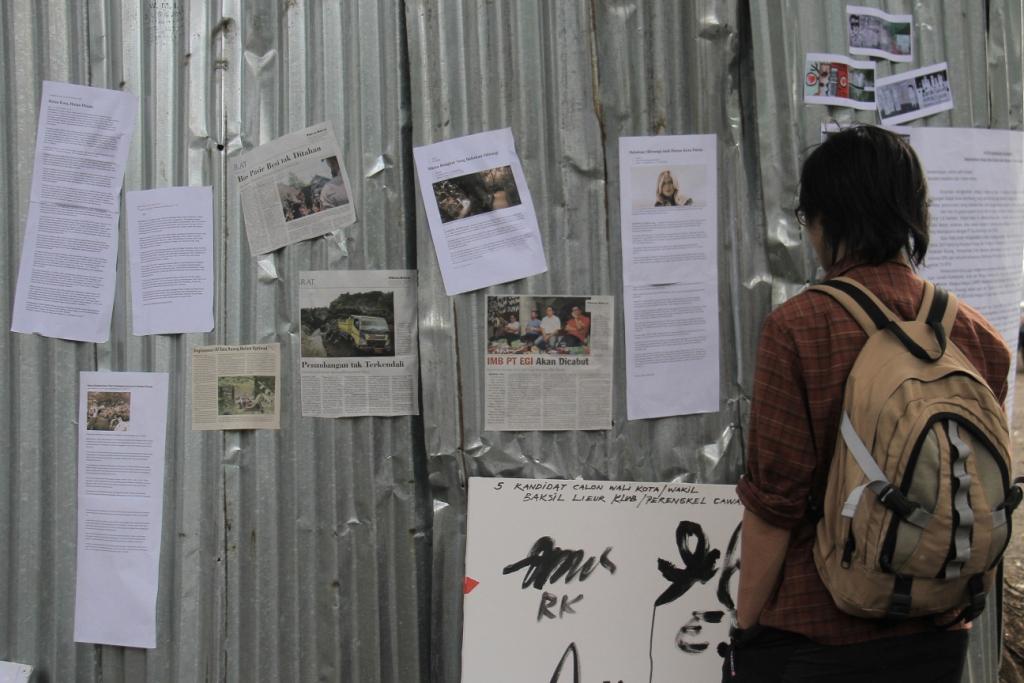 Pameran potongan berita terkait isu Babakan Siliwangi